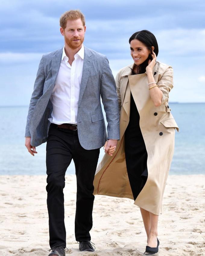 <p> Ngày 18/10, vợ chồng Harry tới thăm bãi biển South Melbourne. Trong khung cảnh tuyệt đẹp, cặp đôi được khen giống như bước ra từ poster phim tình cảm Hollywood hoặc các tiểu thuyết lãng mạn của nhà vănGuillaume Musso, Nicholas Sparks.</p>