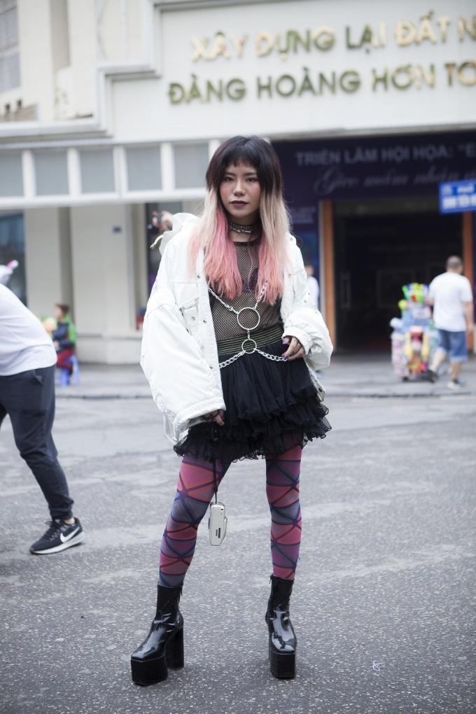 <p> Các sinh viên thiết kế thời trang cũng tranh thủ dịp này để khoe những trang phục do chính mình tạo ra.</p>