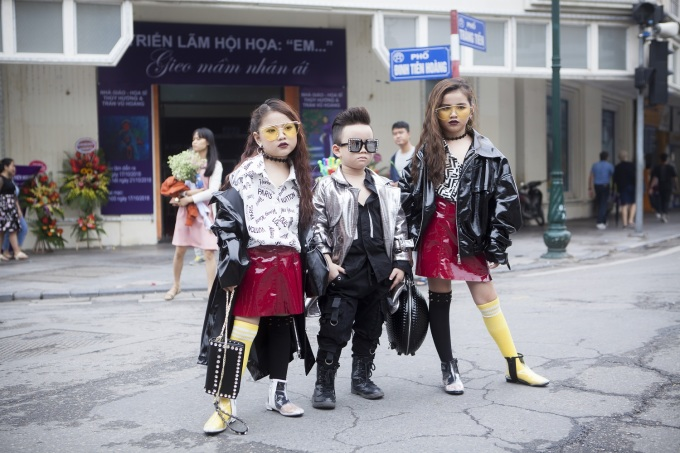 <p> Các mẫu nhí cũng tự tin đọ dáng cùng các đàn anh đàn chị. Những cô nhóc cậu nhóc mới 4,5 tuổi đã ăn mặc, trang điểm ngầu chẳng kém ai.</p>