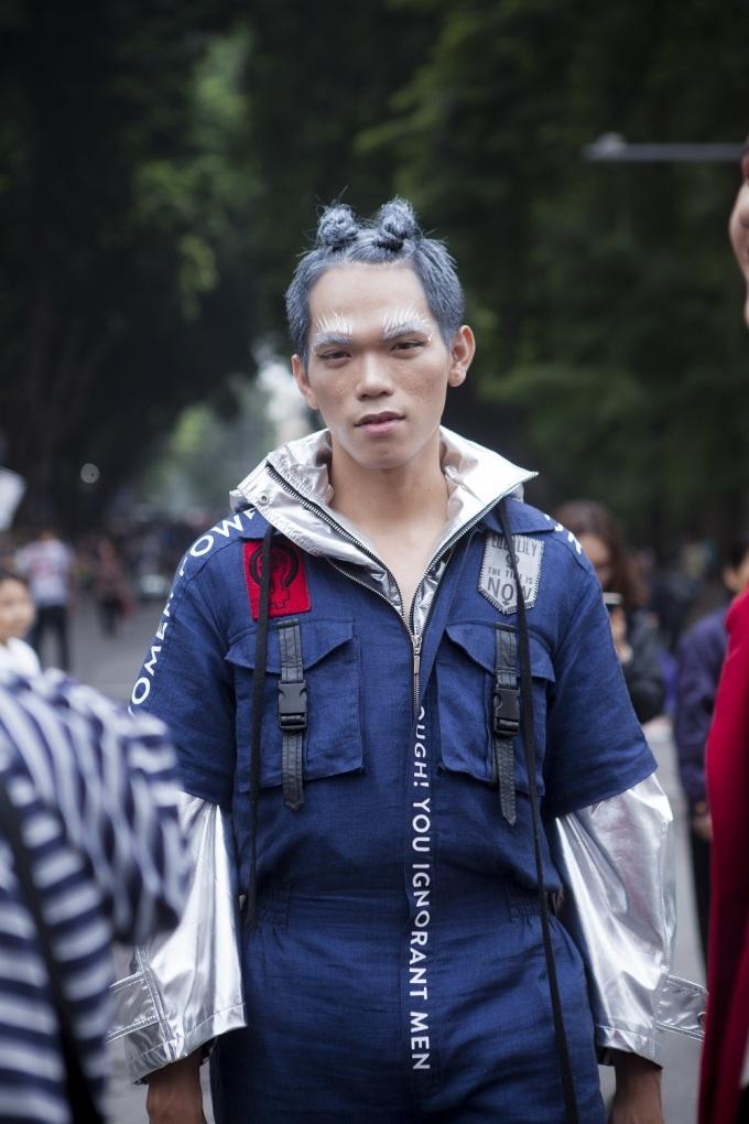 <p> Nếu đi dạo đường phố Hà thành, vô tình bắt gặp một anh chàng như siêu nhân, một cô nàng như bước ra từ anime... thì cũng đừng vội giật mình, họ đang đua tài trong hoạt động The Best Street Style đấy.</p>
