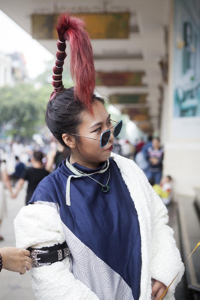 """<p> Ngoài cách ăn mặc kỳ quái, lối làm tóc, trang điểm cũng được các tín đồ """"làm quá"""" hết cỡ nhằm thu hút sự chú ý và ống kính phóng viên.</p>"""