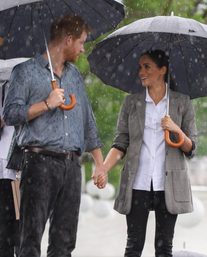 """<p> Trong chuyến ghé thăm vùng ngoại ô Victoria Park ngày 17/10, hình ảnh cặp đôi nắm tay nhau cầm ô trong cơn mưa lớn khiến fan nhận xét """"không khác gì trong phim lãng mạn"""".</p>"""