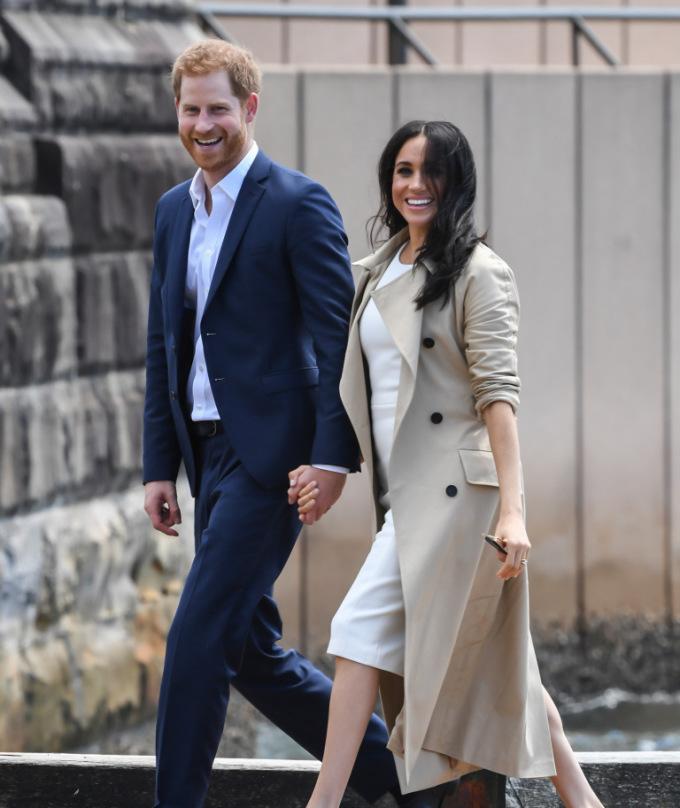 <p> Trong chuyến viếng thăm Australia, cặp đôi luôn dành cho nhau những cử chỉ âu yếm, ngọt ngào. Harry và Meghan nắm chặt tay nhau mọi lúc mọi nơi.</p>