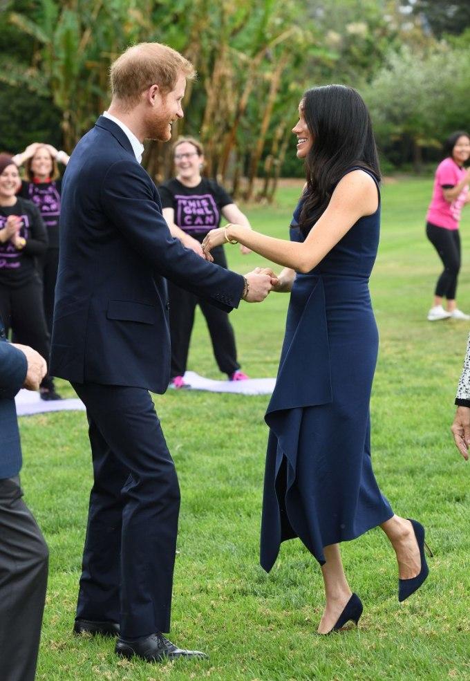 """<p> Meghan và Harry khiến tất cảcác thành viên chiến dịch <em>This Girl Can</em> ghen tỵ với sự tình cảm của hai người. Chuyên gia ngôn ngữ nhận xét cặp đôi đã đưa khái niệm """"Public Display of Affection"""" (thể hiện tình cảm nơi công cộng) lên một tầm cao mới với sự ngọt ngào nhưng không mất đi vẻ lịch sự, tinh tế.</p>"""