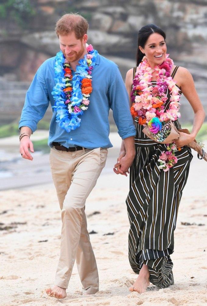 <p> Ngày 19/10, cặp đôi tận hưởng khoảnh khắc ngọt ngào tại bãi biển Bondi.Vợ chồng Harry đi chân trần trên cát, thưởng thức khung cảnh đẹp như tranh vẽ và luôn mỉm cười bên nhau.</p>
