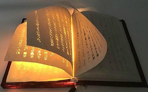 Quyển sách với các con chữ phát sáng đầy huyền ảo.