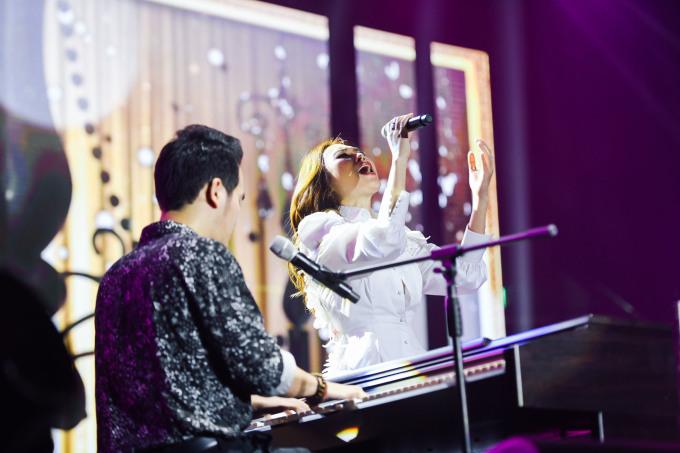 """<p> Mỹ Tâm kết hợp cùng nhạc sĩ Khắc Hưng qua các ca khúc là """"Đừng hỏi em"""", """"Cô ấy là ai"""", """"Anh chưa từng biết"""", """"Nếu có buông tay"""", """"Nếu anh đi""""... Khi mỗi ca khúc được vang lên, hàng nghìn khán giả đã hòa nhịp theo cô.</p>"""