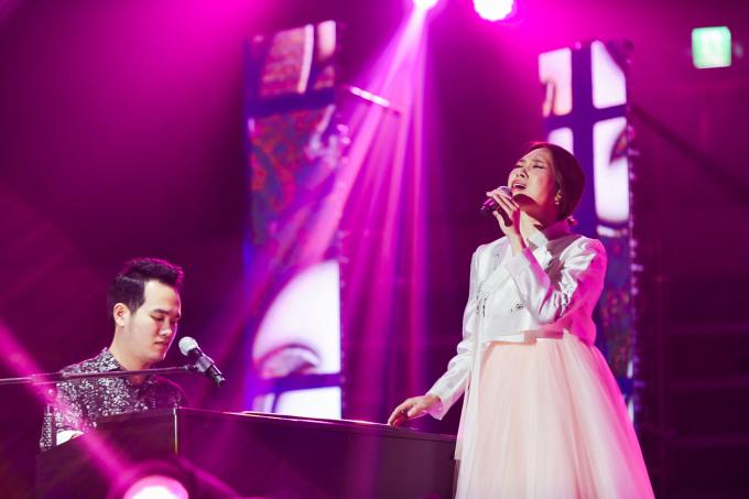 <p> Mỹ Tâm còn diện hanbok trên sân khấu đêm nhạc khiến nhiều khán giả phấn khích.</p>