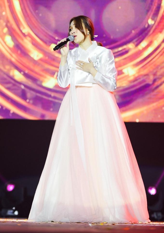 Mỹ Tâm bị trêu như cô dâu Hàn khi diện hanbok trước 4.000 fan