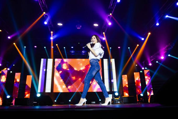 """<p> Nữ ca sĩ còn khiến fan hưng phấn khi biểu diễn """"Người hãy quên em đi"""" với hai ngôn ngữ Hàn - Việt cùng """"vũ đạo say rượu"""" trứ danh.</p>"""