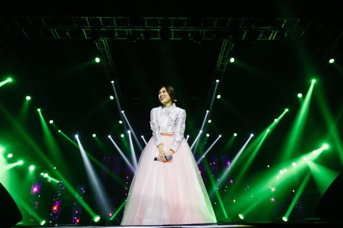 """<p> Vẻ dịu dàng, xinh đẹp của """"họa mi tóc nâu"""" trong trang phục truyền thống xứ kim chi được fan đùa """"nhìn như cô dâu xứ Hàn"""".</p>"""