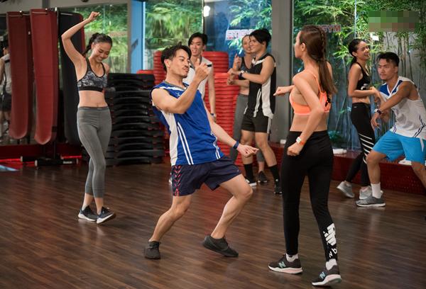 Các thí sinh trong phần thi nhảy.