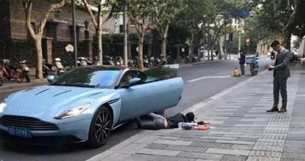 Cô Yupose hình trên đường phố, video đượclan truyền trên mạng xã hội.