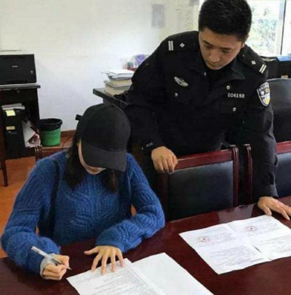 Yu ở đồn cảnh sát.