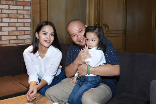 Sau khi sinh con gái thứ hai cho Quang Huy, cuộc sống gia đình của cặp đôi bị đồn rạn nứt. Cả hai không còn tương tác nhiều trên mạng xã hội vàđồng hành cùng nhau như quãng thời gian trước đó.