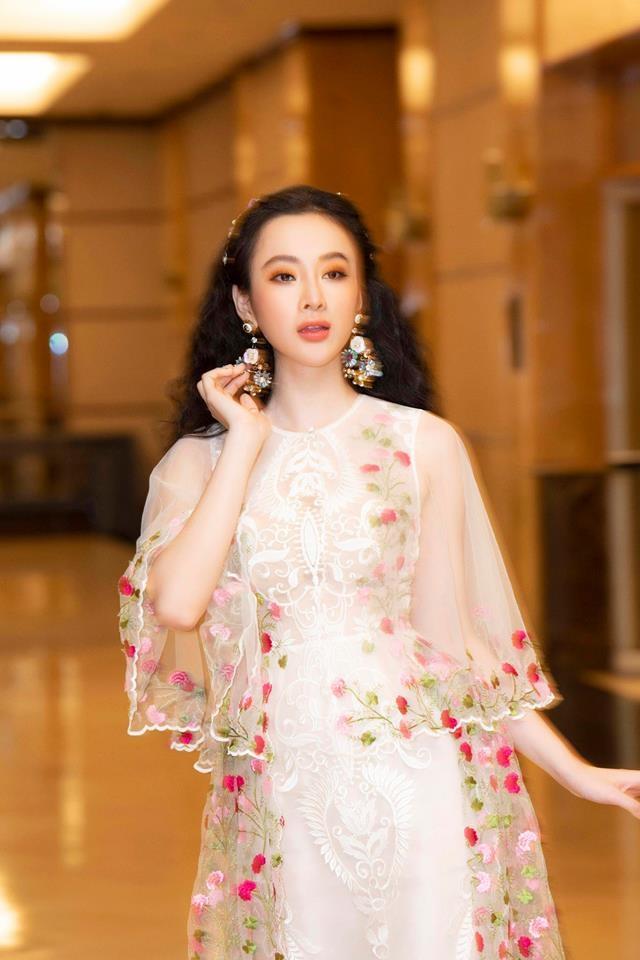 """<p> Tùy theo trang phục mà cô nàng chọn kiểu tóc phù hợp. Khi diện một chiếc váy nên thơ, Phương Trinh cũng đổi sang tóc xoăn xù kiểu """"tiên nữ"""" rất hợp gu.</p>"""