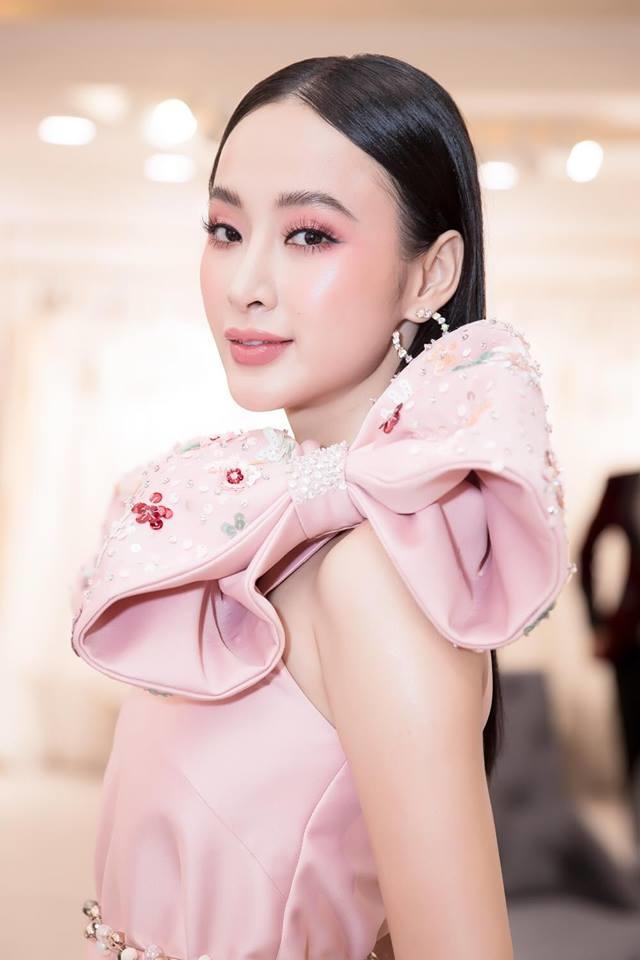 """<p> Với phong độ ăn mặc hiện tại, Angela Phương Trinh không cần làm lố như trước đây mà vẫn thu hút sự chú ý, khó ai có thể soán ngôi """"nữ hoàng thảm đỏ"""".</p>"""