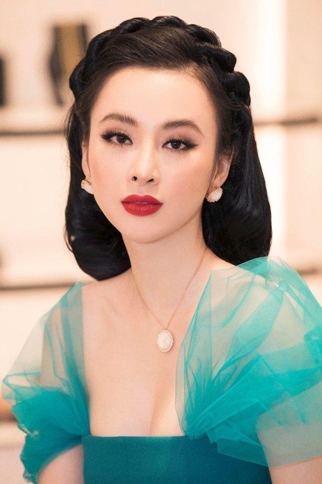 <p> Ngoài trang phục, Angela Phương Trinh còn rất chỉn chu trong việc làm tóc. Mỗi bộ cánh của người đẹp lại được kết hợp cùng một kiểu tóc khác nhau, rất ăn rơ váy áo và tôn nhan sắc.</p>