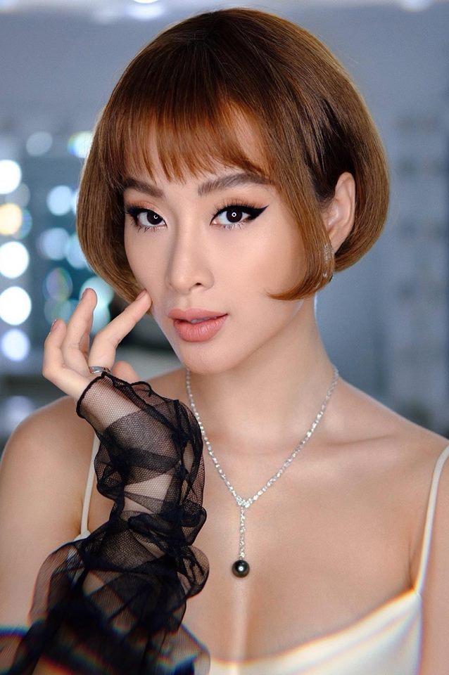 """<p> Được mệnh danh """"nữ hoàng thảm đỏ của Vbiz"""", Angela Phương Trinh rất chăm thay đổi diện mạo mỗi khi đi sự kiện. Nữ diễn viên luôn gây bất ngờ với phong cách """"không lần nào giống lần nào"""".</p>"""