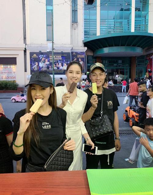Bộ ba Quế Vân, Kỳ Hân, Mạc Hồng Quân rủ nhau đi ăn kem Tràng Tiền.