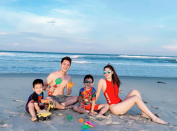 Vợ chồng Đăng Khôi đưa hai con trai đi chơi biển.