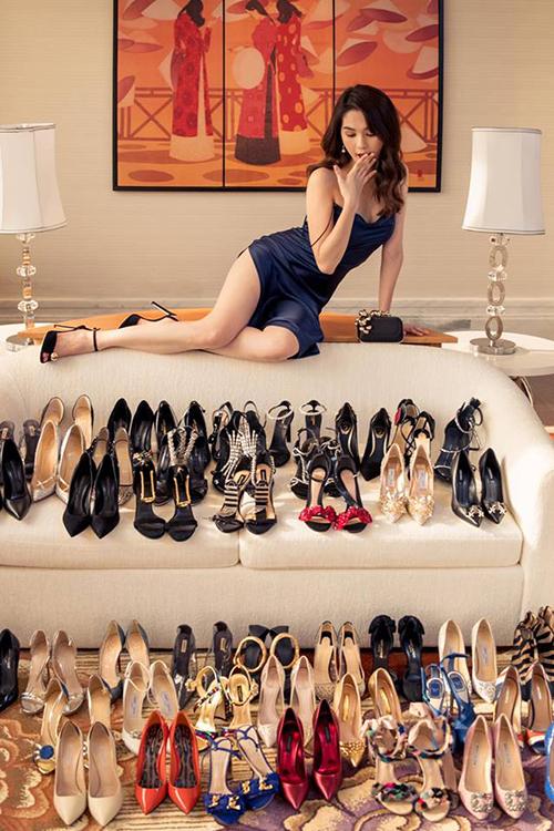 Ngọc Trinh một lần nữa gây choáng ngợp khi khoe một góc trong bộ sưu tập giày cao gót đẹp hơn cả ở cửa hàng.