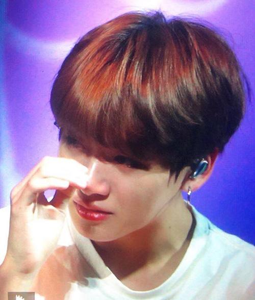3 thần tượng rơi nước mắt vì kiệt sức, bị thương khi đi tour concert