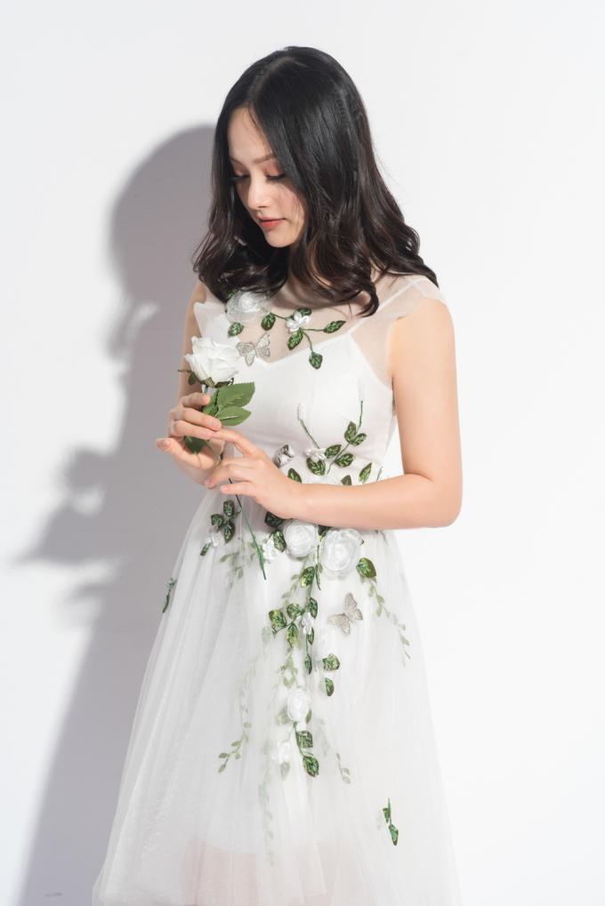 <p> Lan Phương diện chiếc váy trắng nhẹ nhàng, khoe nụ cười rạng rỡ. Từ khi làm mẹ, nữ diễn viên lúc nào cũng cảm thấy hạnh phúc, cuộc sống ý nghĩa hơn. Mỗi ngày được chơi đùa với công chúa bé bỏng là điều khiến Lan Phương thấy mình luôn tươi trẻ.</p>