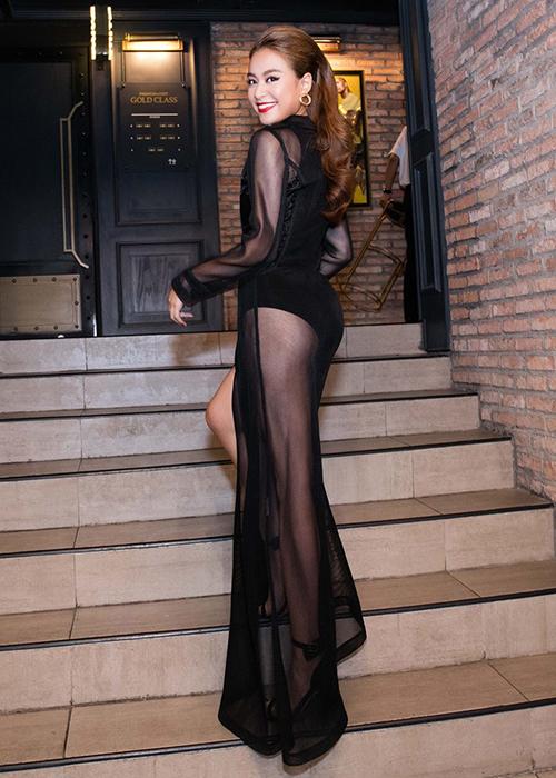 Theo đuổi phong cách gợi cảm, Hoàng Thùy Linh rất yêu thích các kiểu váy xuyên thấu khoe chân và vòng ba. Tuy nhiên không phải lúc nào người đẹp cũng có cách chọn nội y phù hợp.