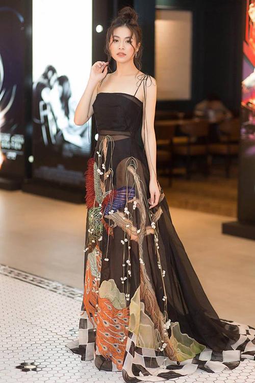 Xuất hiện trong một sự kiện gần đây, Hoàng Thùy Linh gây thương nhớ với nhan sắc như nàng thơtrong bộ váy hai dây chất liệu mỏng nhẹ. Đây là một thiết kế của NTK Trần Hùng, tôn lên vẻ mong manh của người mặc.