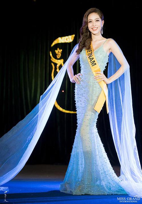 Ở sự kiện chào mừng đầu tiên của Miss Grand International 2018, Phương Nga từng mặc bộ váy dài chấm đất, tạo eo giả tương tự và được đánh giá cao. Đây là kiểu đồ người đẹp Việt nên diện nhiều hơn để có thể gây ấn tượng trong chặng đua nước rút của cuộc thi.