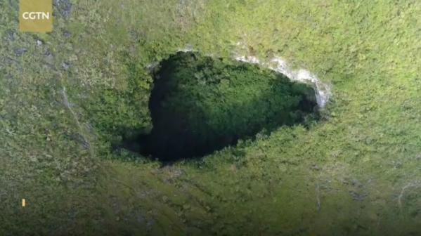 Phần sụt phía đông nam ở dưới đáy của hố tạo thành một hang động khổng lồ, mở ra một thế giới siêu nhiên dưới lòng đất.