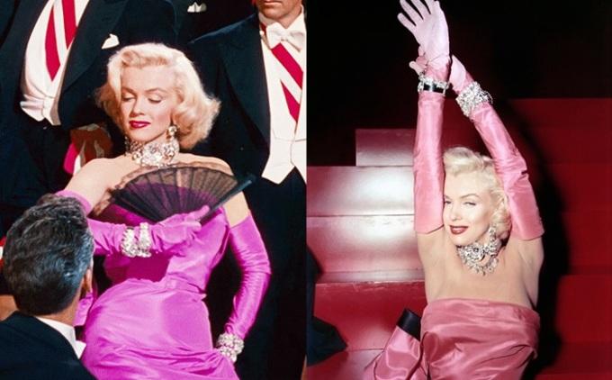 <p> Trong màn trình diễn <em>Diamonds Are A Girl's Best Friend</em> của bộ phim <em>Gentlemen Prefer Blondes</em>(1953), Marilyn Monroe diện một chiếc đầm quây satin màu hồng gợi cảm cùng găng tay trắng và trang sức<br /> kim cương. Hình ảnh Marilyn trong bộ đầm hồng này đã trở thành huyền thoại được nhiều thế hệ mỹ nhân Hollywood 'học hỏi' trong nhiều thiết kế tương tự.</p>