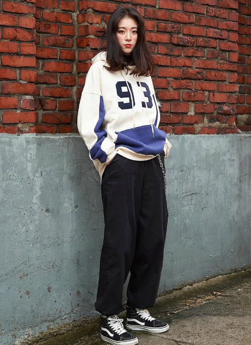 Một trong những item không thể thiếu trong tủ đồ mùa đông của con gái Hàn chính là áo hoodie in số nổi bật.