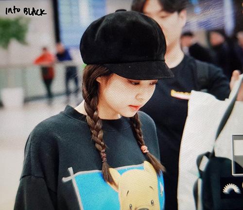 Cô nàng sang chảnh Jennie biến thành em bé với kiểu tóc tết hai bên, mỹ beret cổ điển.