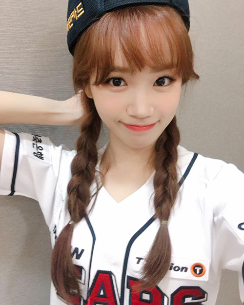 Kim Chae Won sinh năm 2000, ngoại hình đáng yêu. Cô nàng chọn kiểu tóc gọn gàng khi tham gia mở màn một trận đấu bóng chày.