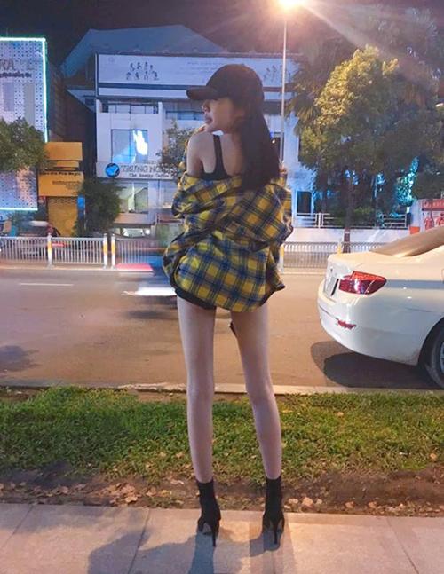 Elly Trần diện quần ngắn cũn khoe đôi chân nhỏ gọn, thẳng tắp.