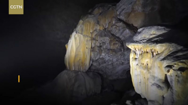 Hang nhỏ hơn rộng 50 mét, cao 150 mét, có thể được tạo thành trong quá trình hố sụt được tạo ra.