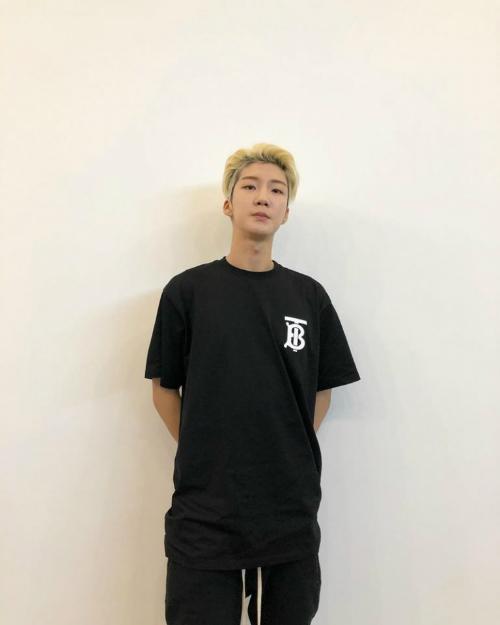 Chàng ca sĩ điển trai Hoony của Winner chọn chiếc áo thun cỡ lớn của nhà mốt Anh để kết hợp cùng quần thun quen thuộc.