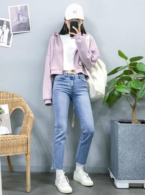 Đối với những nàng yêu thích style khỏe khoắn, đừng bỏ qua các loại áo khoác nỉ trẻ trung cá tính.