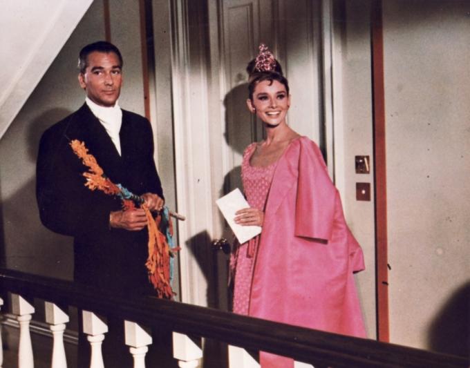 <p> Nhiều tín đồ thời trang xem <em>Breakfast at Tiffany's</em> là bộ phim kinh điển đại diện cho vẻ đẹp trang nhã, quý phái thập niên 1960. Bên cạnh bộ đầm đen LBD nổi tiếng, còn có một bộ đầm lộng lẫy không kém. Đó chính là chiếc đầm hồng mà minh tinh Audrey Hepburn mặc cùng áo khoác tông xuyệt tông, vừa thanh lịch vừa cá tính.</p>