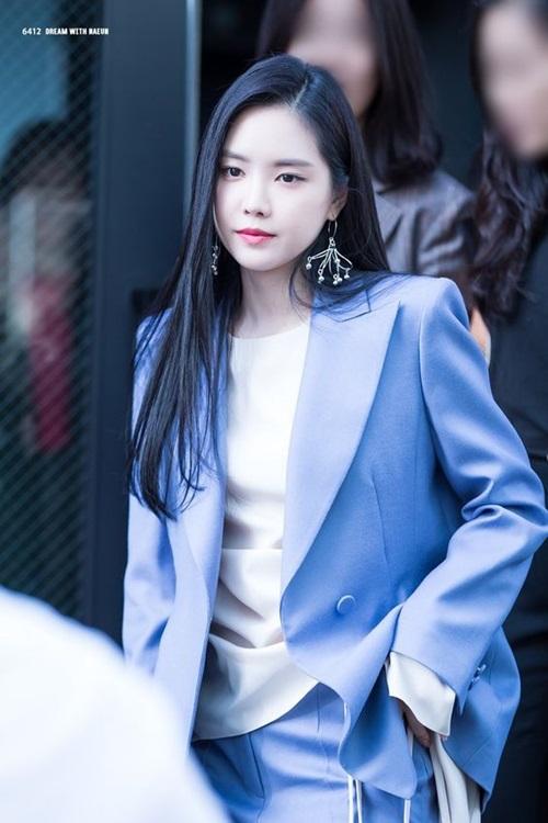Cô nàng sinh ra trong một gia đình giàu có và mơ ước theo học trường nghệ thuật. Cô đi cùng một người em họ đi thử giọng và bất ngờ được chọn. Dù đã debut 8 năm nhưng những tin tức của Na Eun luôn thu hút được nhiều sự chú ý.