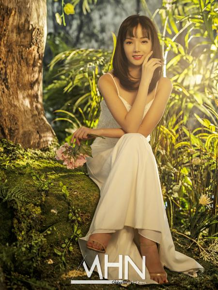 Naver cũng nhắc lại clip phỏng vấn của phóng viên Hàn với CĐV xinh xắn của Việt Nam ở sau trận bán kết trên đất Indonesia hồi tháng 8. Tờ này dành nhiều lời khen ngợi về nhan sắc ngọt ngào, bí ẩn nhưng cũng đầy thân thiện của cô nàng.
