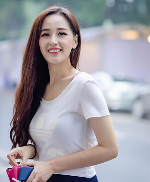1 tuần gần đây, Mai Phương Thúy thường xuyên than vãn với người hâm mộ chuyện tăng cân mất kiểm soát. Hoa hậu Việt Nam 2006 không ngại tiết lộ do thường xuyên ăn mì gói, không có nhiều thời gian tập luyện nên cân nặng của cô đã chạm mốc không tưởng là 70 kg.