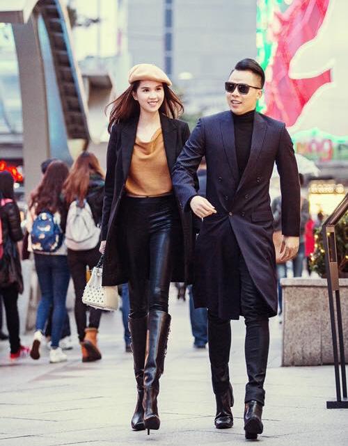 Tuy mang đồ cặp nhưng cả hai vẫn phối theo phong cách riêng, người nữ tính, kiêu sa, người lại bảnh bao, lịch lãm.