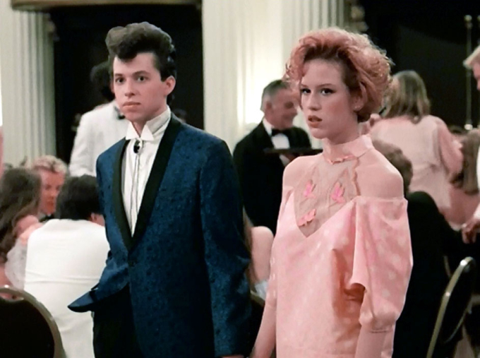 <p> Làm thế nào để một nữ sinh có đủ dũng khí đến trường sau khi vừa trải qua pha thất tình bẽ bàng trước thiên hạ? Nhân vật Andie (Molly Ringwald) trong <em>Pretty in pink</em> (1986) sẽ trả lời bạn. Bộ váy hồng chấm bi mà Andie tự tay thiết kế cùng bố để mặc tới dự tiệc prom như một tuyên ngôn về sự tự tin, can đảm, là nguồn cảm hứng cho các cô gái tuổi teen hướng tới. Cùng với đó,<em> Pretty in Pink</em> cũng luôn là một<br /> trong những bộ phim trung học hay nhất mọi thời đại.</p>