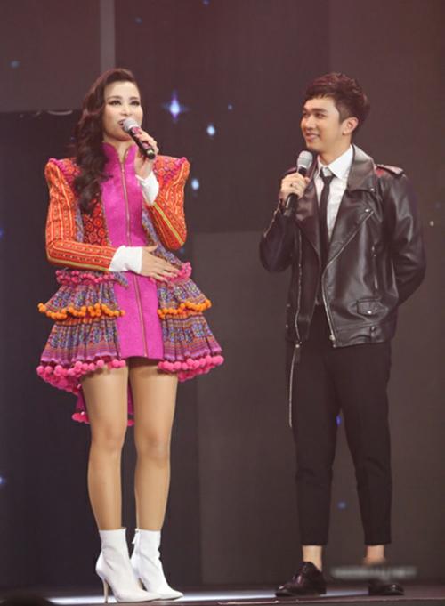 Đồ diễn của Đông Nhi thường gây tranh cãi vì độ lòe loẹt và trang phục này không phải ngoại lệ. Chiếc váy với kiểu dáng lùng bùng khó hiểu được cô kết hợp cùng boots màu trắng khiến đôi chân trông càng ngắn ngủn.