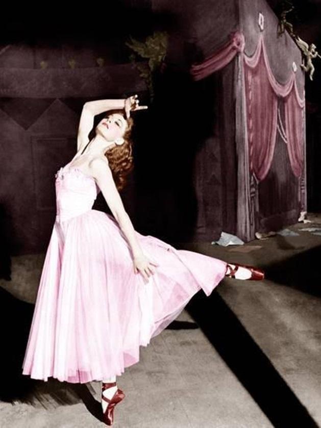 <p> Danh sách này sẽ thật thiếu sót nếu bỏ qua bộ váy hồng baby mà nhân vật Vicky (Moira Shearer) mặc trong bộ phim kinh điển <em>The Red Shoes </em>(1948). Bộ trang phục thơ mộng cùng đôi giày ba lê màu đỏ nhung cùng mái tóc hung rực rỡ của Vicky luôn là một trong những khoảnh khắc thời trang đẹp nhất Hollywood.</p>