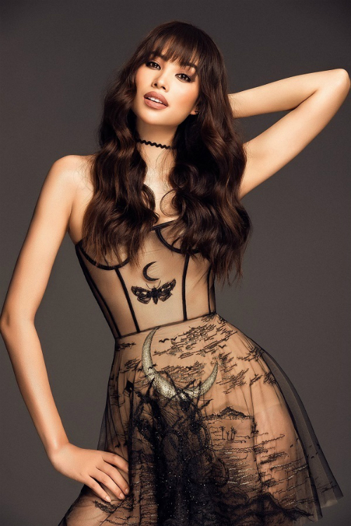 Cách trang điểm mất nâu, môi trầm hoàn toàn phù hợp với thiết kế gợi cảm của NTK Trần Hùng. Tuy nhiên, kiểu tóc dài buông xõa đã hạn chế đi phần nào sự sexy của thiết kế. Trong đó, toàn bộ phần vai trần và ngực đầy hoàn toàn bị che lấp bởi kiểu tóc.