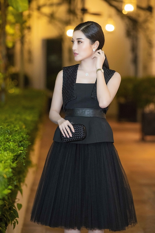Để phù hợp với bộ váy đen sang trọng, Huyền My sử dụng đồng hồ và trang sức màu bạc của Piaget. Cô sử dụng ví cầm tay của Bottega và guốc đính đá lấp lánh của Louboutin. Tổng giá trị các phụ kiện mà Á hậu Huyền My sử dụng lên tới 2 tỷ đồng.